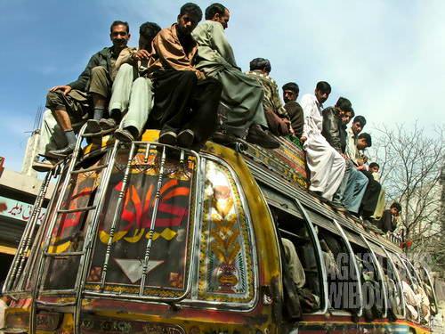 Asyiknya naik bus di Pakistan. Duduk di atap bukan pengalaman untuk dicoba kaum hawa. (AGUSTINUS WIBOWO)