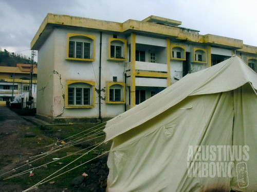 Retakan gedung karena gempa dahsyat (AGUSTINUS WIBOWO)