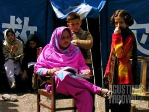 Madam – ibu guru – mengajar di luar tenda (AGUSTINUS WIBOWO)