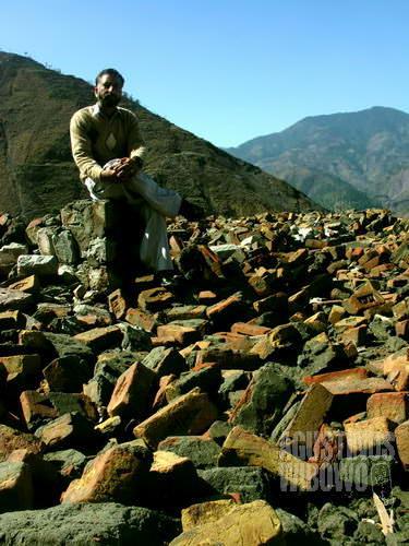 Pak guru di atas puing-puing gedung sekolahnya (AGUSTINUS WIBOWO)