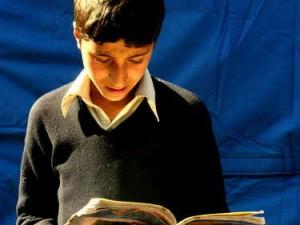 Belajar membaca di bawah terik matahari (AGUSTINUS WIBOWO)