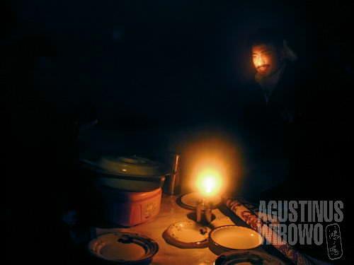 Makan dalam remang lilin dan lampu minyak (AGUSTINUS WIBOWO)
