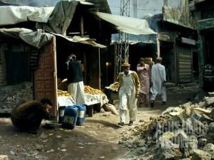 Pasar kota yang hancur lebur kini sudah mulai sibuk kembali (AGUSTINUS WIBOWO)