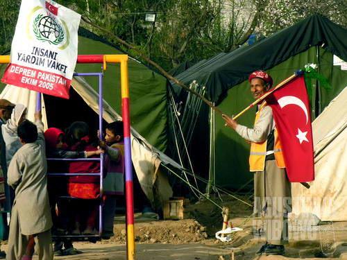 Kamp pengungsi pun dilengkapi taman bermain (AGUSTINUS WIBOWO)
