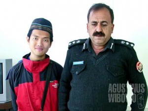 Sok kenal sok dekat. Dengan berbekal foto bersama kepala inspektur polisi ini saya berharap semua urusan akan berjalan mulus (AGUSTINUS WIBOWO)