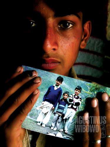 Mudassar dan foto adiknya yang telah pergi (AGUSTINUS WIBOWO)