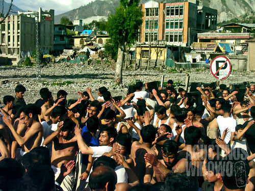 Parade maatam di hadapan reruntuhan gempa (AGUSTINUS WIBOWO)
