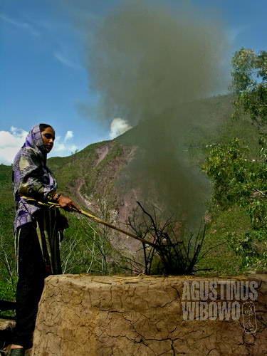 Terpaksa memasak di halaman karena rumah sudah hancur (AGUSTINUS WIBOWO)