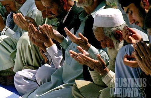 Memanjatkan doa untuk almarhum (AGUSTINUS WIBOWO)