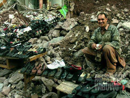 Pedagang sepatu bersemangat menawarkan dagangannya (AGUSTINUS WIBOWO)