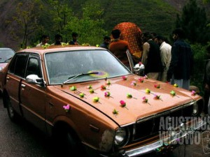 Pengantin perempuan ditransfer dari doli ke mobil (AGUSTINUS WIBOWO)
