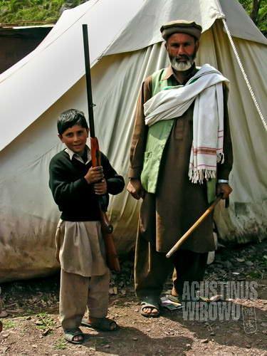 Kebanggaan pria Kandar – surban, tonkat, bedil, dan anak laki-laki (AGUSTINUS WIBOWO)
