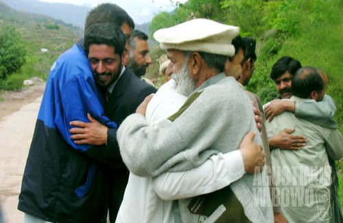 Para sukarelawan mengucapkan selamat tinggal kepada penduduk Noraseri, diiringi cucuran air mata (AGUSTINUS WIBOWO)
