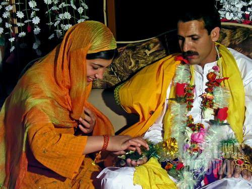 Kerabat memberikan pemberkatan kepada calon pengantin (AGUSTINUS WIBOWO)
