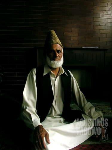 Ayah Ijaz yang sudah tua dan sangat taat beragama (AGUSTINUS WIBOWO)