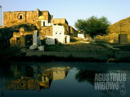 Danau suci dan kuil agung yang kini tinggal puing-puing (AGUSTINUS WIBOWO)