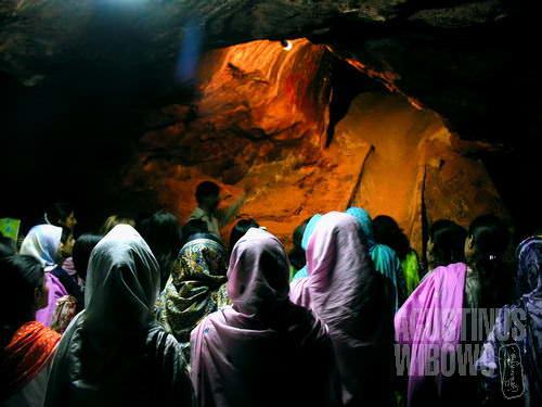 Mahasiswi Universitas Punjab mendengarkan penjelasan pemandu wisata di dalam gua garam Khewra (AGUSTINUS WIBOWO)