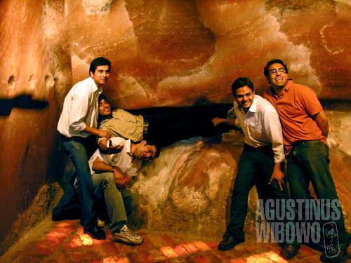Bermain di permukaan gua yang sejuk (AGUSTINUS WIBOWO)