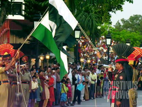 Bendera India dan Pakistan turun bersama-sama (AGUSTINUS WIBOWO)