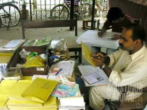 Aneh, pedagang amplop di luar pagar punya kuasa besar dalam urusan kirm-mengirim surat di kantor pos utama Lahore (AGUSTINUS WIBOWO)