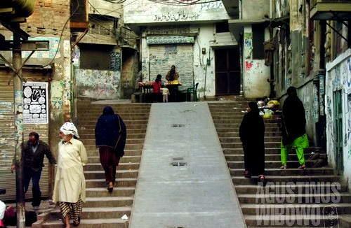 Kota tua Lahore dengan gang-gang kecil yang bak rumah sesat menyimpan banyak kejutan. Salah satunya, Heera Mandi (AGUSTINUS WIBOWO)