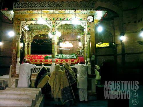 Ziarah ke makam suci – menangis dan menciumi makan orang suci memohon berkah (AGUSTINUS WIBOWO)
