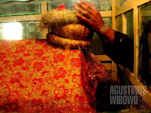 Menyentuh makam suci dipercaya akan membawa berkah (AGUSTINUS WIBOWO)