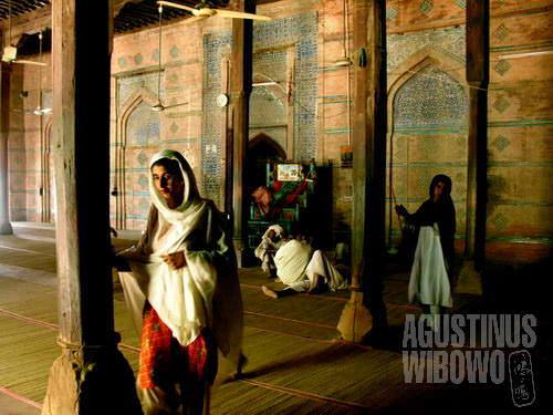 Kaum hawa berkeliling masjid dan menyentuh setiap pilar, berharap mukjizat dan berkah dari tempat suci (AGUSTINUS WIBOWO)