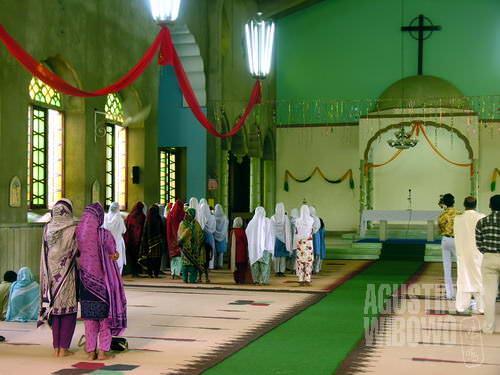 Umat Nasrani melaksanakan misa di girjah – tempat berjatuh (AGUSTINUS WIBOWO)