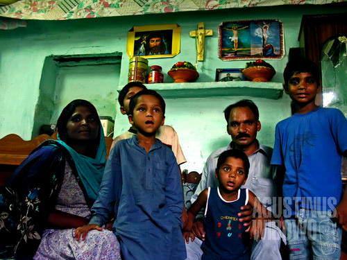Sebuah keluarga Nasrani di kampung miskin Bhatta 2 (AGUSTINUS WIBOWO)