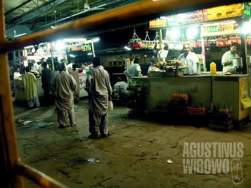 Kios pedagang makanan di stasiun Sukkur di utara proprinsi Sindh (AGUSTINUS WIBOWO)