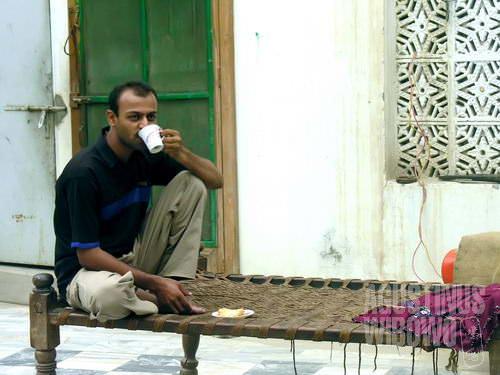 Parkash menikmati teh pagi di atas charpoi (AGUSTINUS WIBOWO)