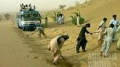 Jalan raya tertimbun pasir (AGUSTINUS WIBOWO)