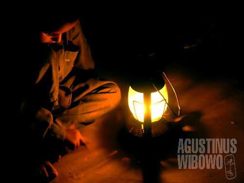 Belajarlah anakku, jadilah orang besar, dan bawalah listrik ke desamu... (AGUSTINUS WIBOWO)