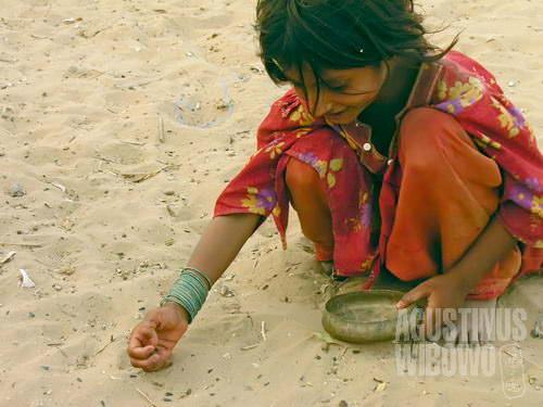 Memunguti makanan dari pasir (AGUSTINUS WIBOWO)