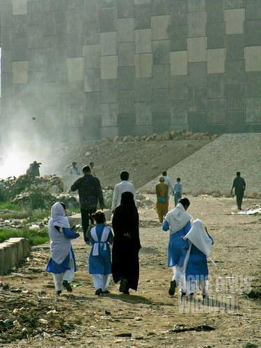 Penduduk di perkampungan kumuh berangkat ke tempat kerja (AGUSTINUS WIBOWO)