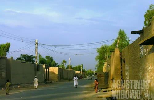 Rumah orang Pashtun bertembok tinggi dan kokoh. Orang luar tak tahu siapa dan kehidupan macam apa yang tersembunyi di balik tembok itu (AGUSTINUS WIBOWO)