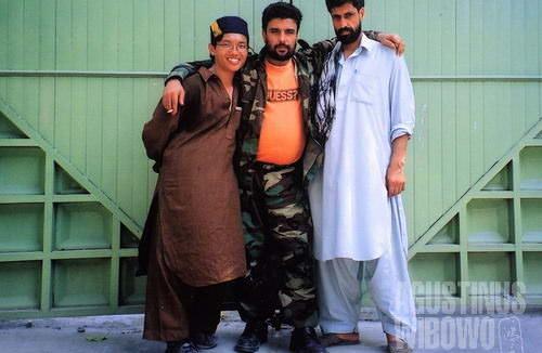 Saya bersama bodyguard Afghan di konsulat Afghanistan di Peshawar (AGUSTINUS WIBOWO)
