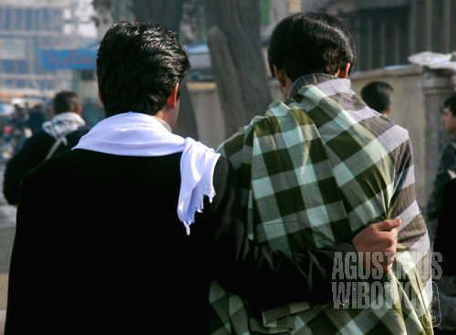 Gandengan tangan, berangkulan, berpelukan antara sesama pria adalah hal lazim (AGUSTINUS WIBOWO)