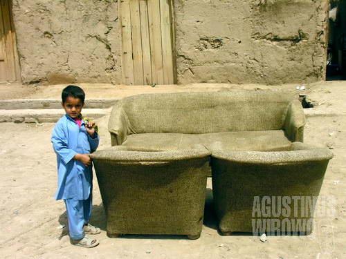 Bocah pengungsi Afghan di kamp pengungsian Kacha Garhi, dalam kemonotonan warna kehidupan (AGUSTINUS WIBOWO)