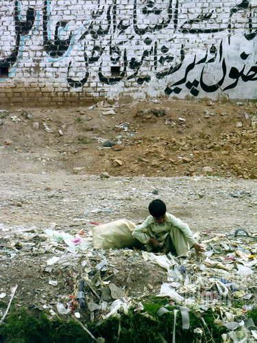 Banyak bocah yang terpaksa berakhir menjadi tukang pungut sampah (AGUSTINUS WIBOWO)