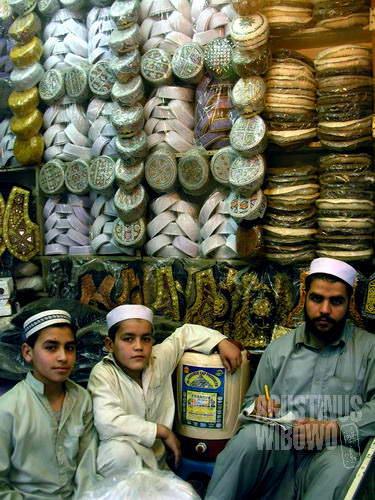 Pedagang topi dari Jalalabad, lebih betah tinggal di Peshawar (AGUSTINUS WIBOWO)
