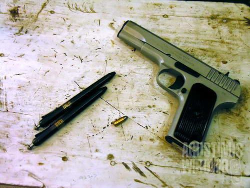 Pistol yang disamarkan dalam bentuk pena dijual bebas di Darra (AGUSTINUS WIBOWO)