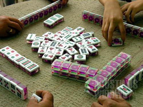 Orang-orang etnis Han menghabiskan waktu dengan bermain mahjong (AGUSTINUS WIBOWO)