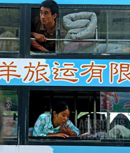Bus ranjang susun Tibetan Antelope, satu-satunya perusahaan bus umum yang menuju ke Tibet dari Kargilik. (AGUSTINUS WIBOWO)