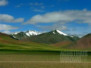 Puncak Satsum-La, puncak tertinggi dalam perjalanan menuju Tibet. (AGUSTINUS WIBOWO)