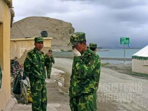 Tentara ada di mana-mana di daerah sensitif ini. (AGUSTINUS WIBOWO)