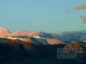 Pagi hari di Ngari, ketika gunung-gunung salju bersinar kemerahan dibilas mentari. (AGUSTINUS WIBOWO)