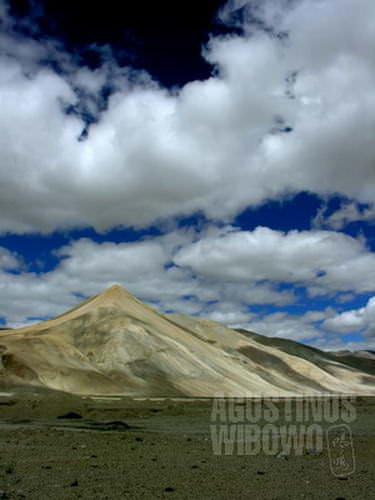 Alam Tibet memang indah, tetapi kegersangan dan kekosongan tak selalu bersahabat. (AGUSTINUS WIBOWO)