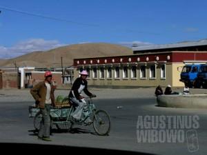 Kota Ngari di ujung barat Tibet dihuni oleh mayoritas penduduk etnis Han dari pedalaman China. (AGUSTINUS WIBOWO)